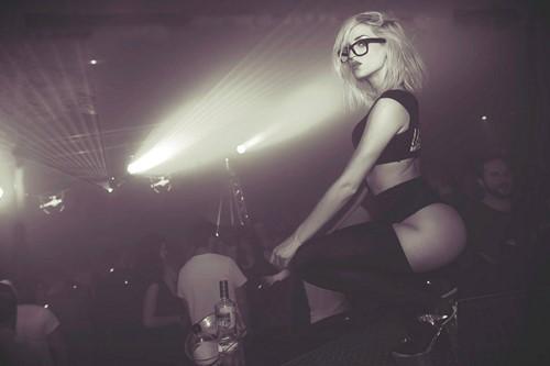 Stripteaseuse à lunettes