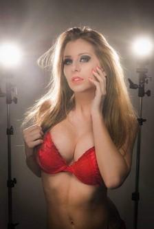 Stripteaseuse sous les projecteurs
