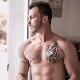 Un tatouage sur une poitrine bien musclée