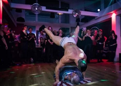 Danse acrobatique discothèque