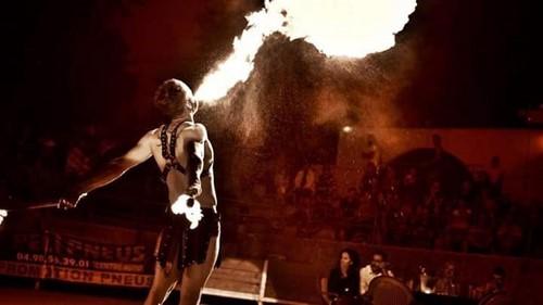 Flamme énorme en spectacle