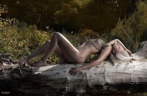 Stripteaseuse Luxembourgeoise en tenue sexy