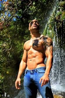 Un stripteaseur avec des muscles naturels